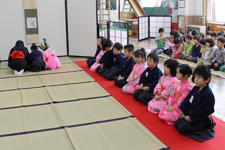 茶道や剣道から、礼儀や相手への思いやりを学び、社会人としての基礎を形成します。
